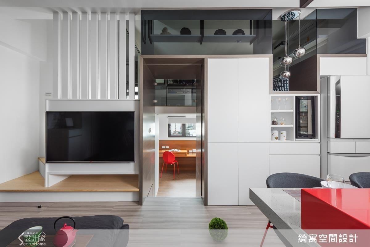 透過藝術的視角讓生活和家居設計結合,也是讓長型宅子也能聚光的重點設計。