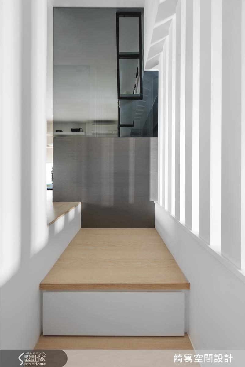 有別於客廳、廚房和更衣室現代時尚的風格,臥房透過溫煦的木板材質和典雅的造型燈具為屋主打造靜謐不被打擾的夜晚。