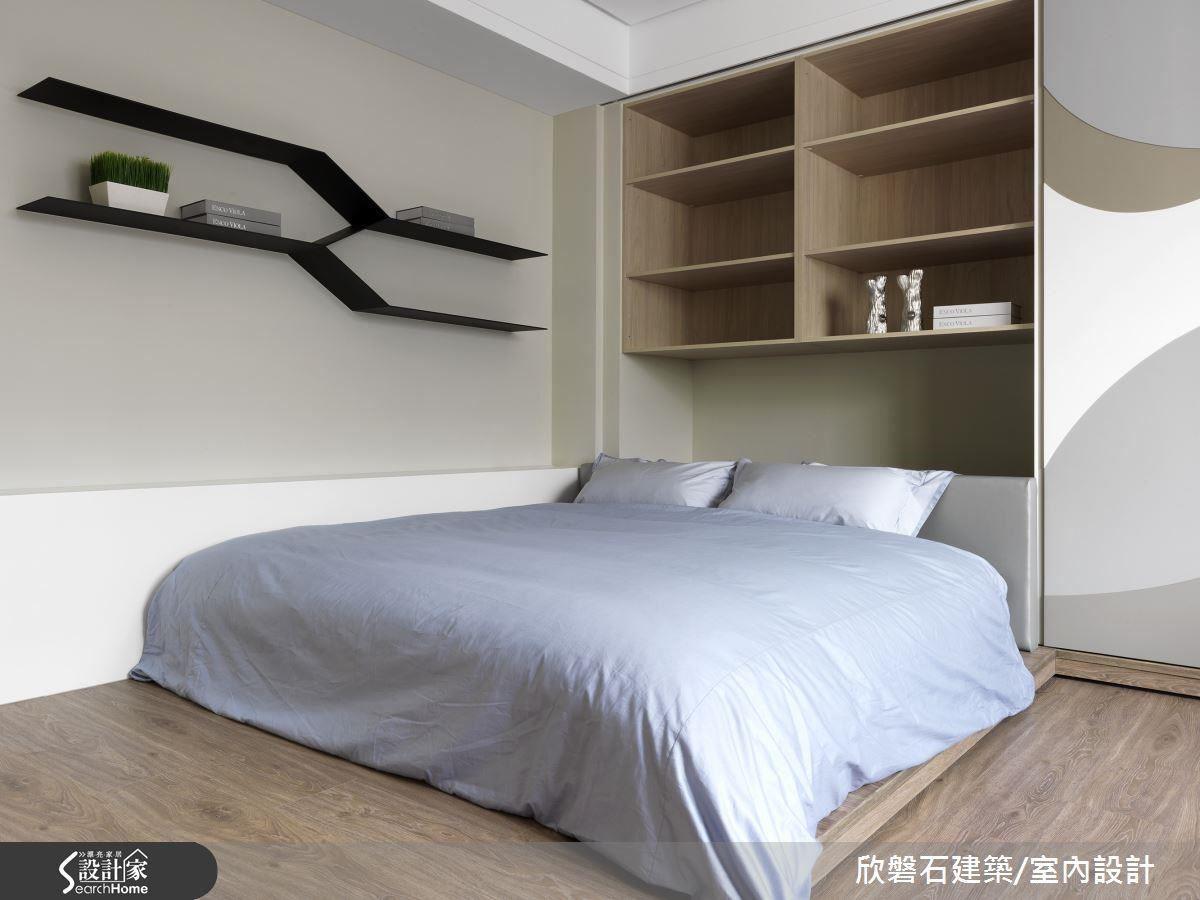 在這看似花朵畫作的床頭牆後方,拉開滑門後即可看到整面的收納空間,上方擺放物品,下方甚至可以收放體積較大的物品,例如棉被或電扇等,與白色衣櫃串聯,書櫃旁也以鐵件層板製成書櫃,一整面收納機能牆,簡化收納櫃線條,使用上也隨手可取得,是兼具美感與機能的強大收納。