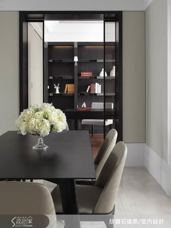 另外,在書房內暗藏一間儲藏室,大型雜物可隱藏於此,書房入口旁的左側柱子牆面內部也規劃隱藏式收納,集中收納,讓取用動線更順暢。