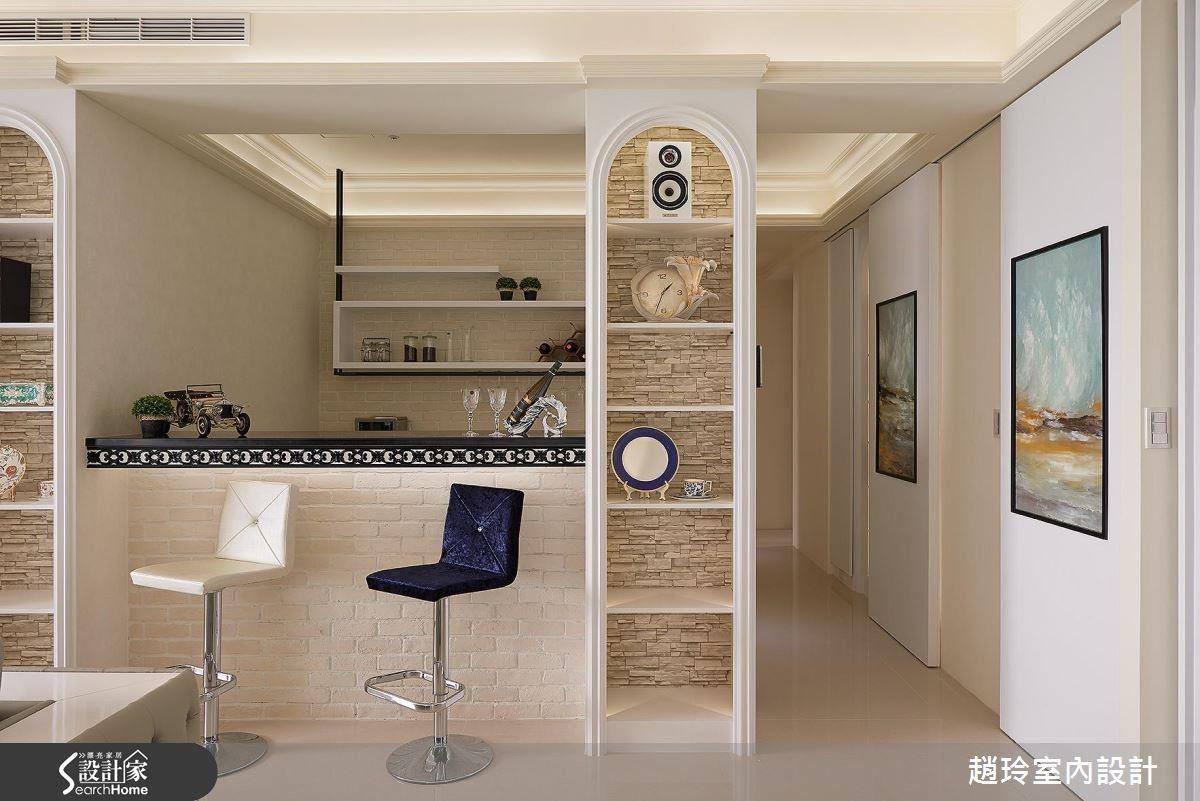 以拱型羅馬柱的意象取代繁複的線板,佐以略帶現代感的軟件,在房屋中心安排開放式吧檯大膽運用文化石、鐵件,突破既有的新古典印象。