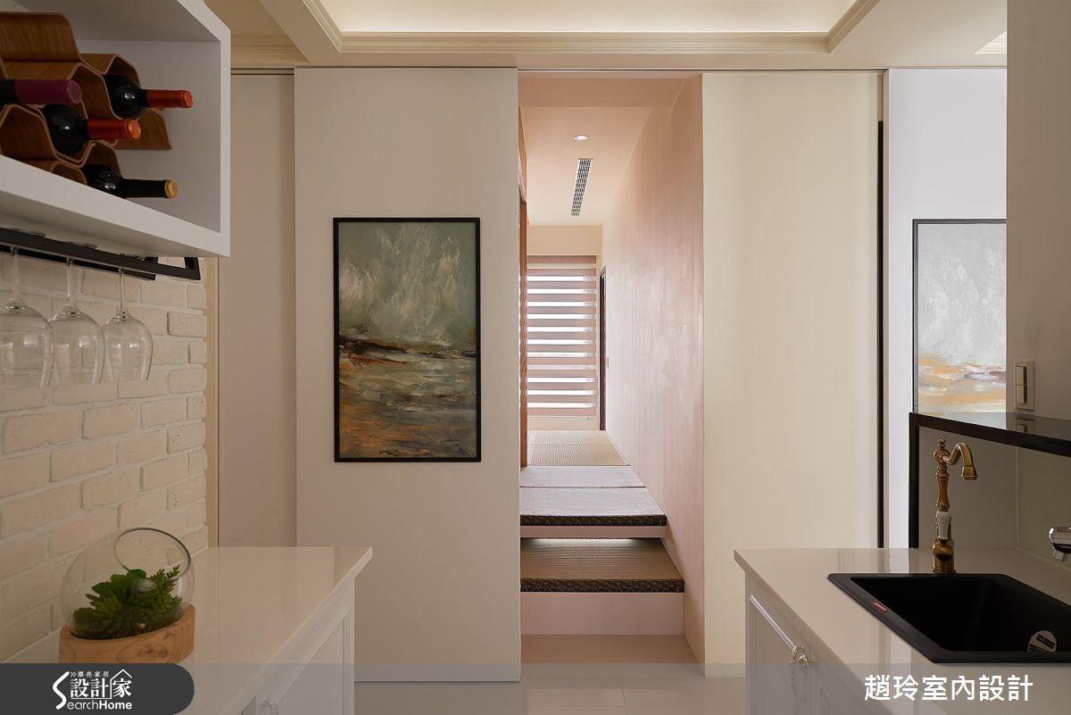 設計師與藝術家合作,以畫筆將花卉種入家中,巧妙地結合立面、門片,型塑寬敞空間。