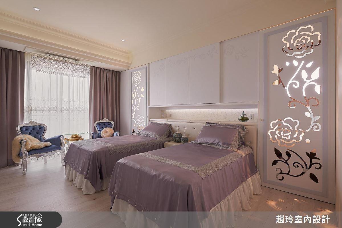 主臥鏤空花雕,不論是白日窗外日光,或是夜晚燈光穿過精緻的花雕門片,落在室內形成不同光景。