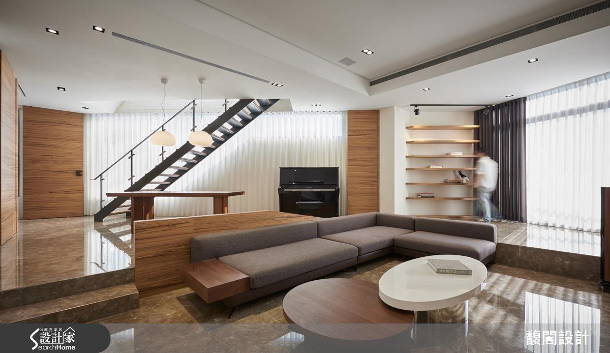 利用錯層結構體架高閱讀區與餐桌區,圍塑客廳領域,自然凝聚起家人的情感。