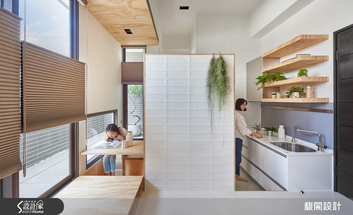 將收納機能施作於壁面或層板,且隱身在不同的量體當中,且自成隔間牆。