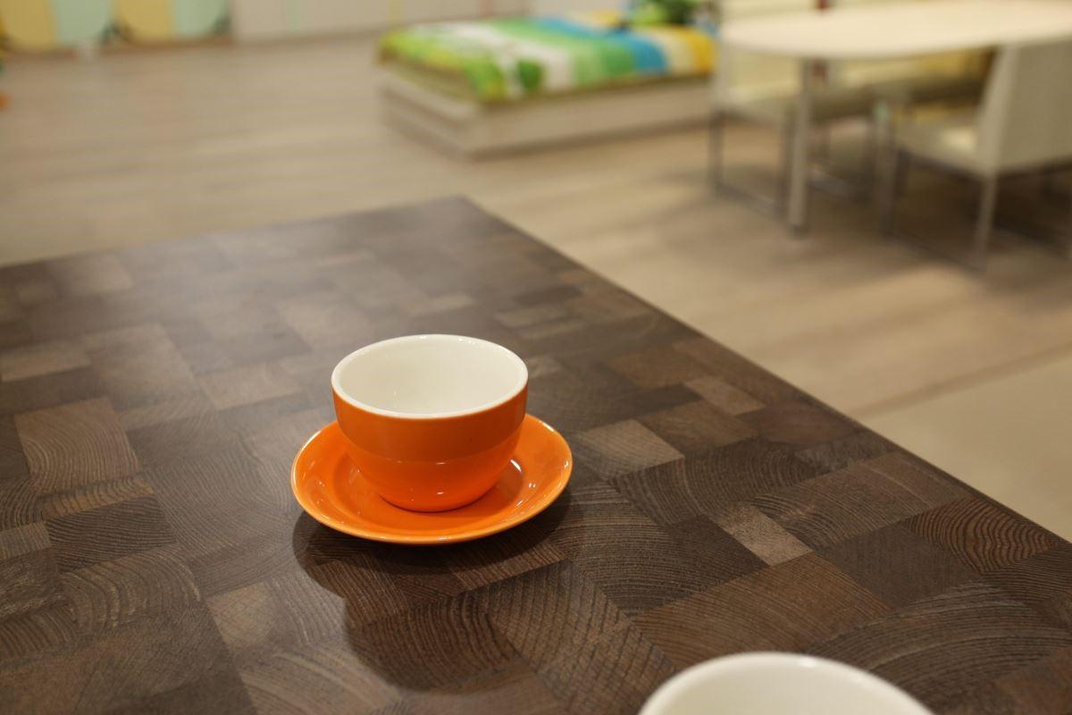 以仿舊木料花色的板材打造茶几,無論造價或耐用度都要比實木單品划算許多!