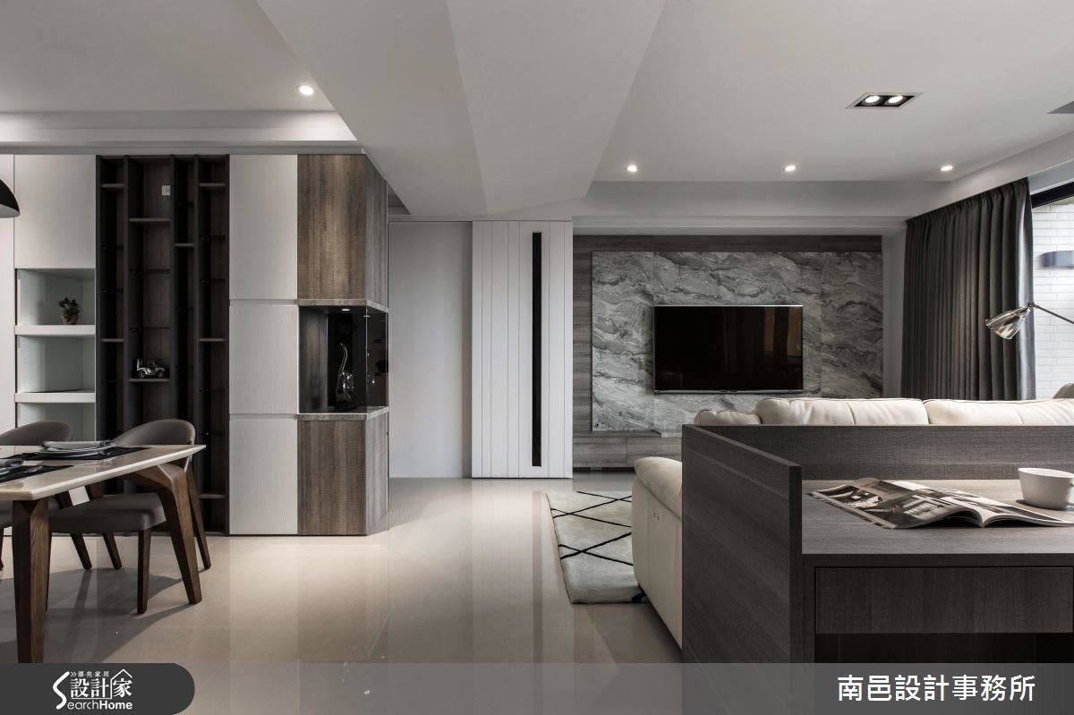 帶有弧線造型的天花板,向上延伸的效果,拉高視覺尺度也消弭橫樑經過的壓迫感。