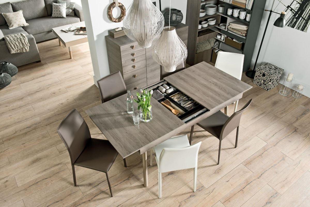 Lori 系列以三種中性且溫暖的大地色系為主,出色的線條結構與設計感,讓畸零空間也能成為矚目焦點。將餐具櫃與餐桌以最簡潔俐落的方式結合,就是ㄧ個例子。