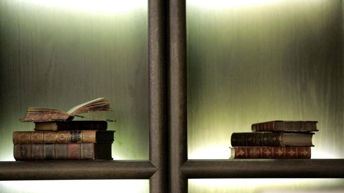 空間中的配件多是總監親自挑選,櫃子上看得到的美觀的精裝書不只是裝飾用,可以打開真正閱讀文化與內涵。