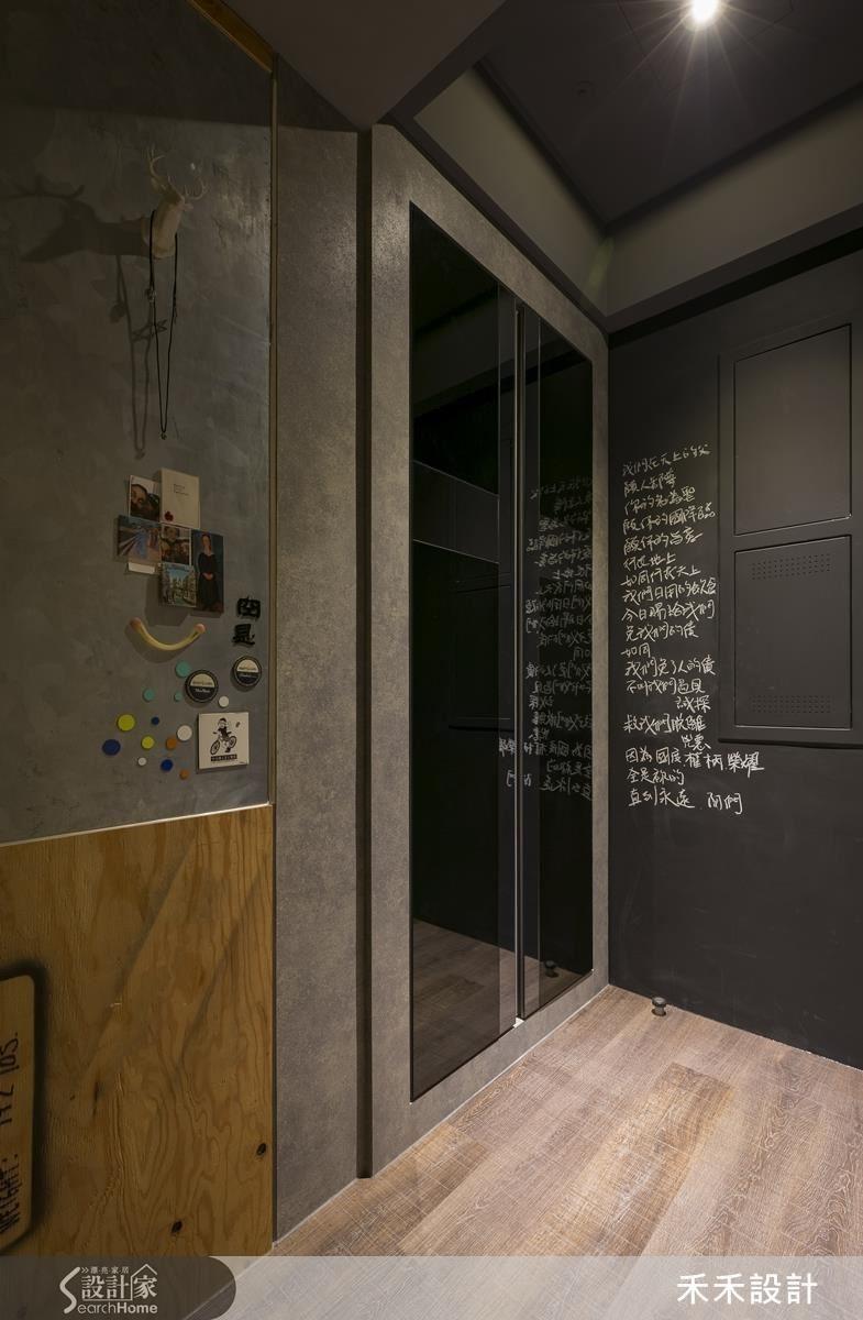 鞋櫃門片以黑鏡與灰鏡組成十字架的造型,右側牆面噴上黑色的黑板油漆來遮住電箱的突兀感,並寫下聖經主禱文的內容。