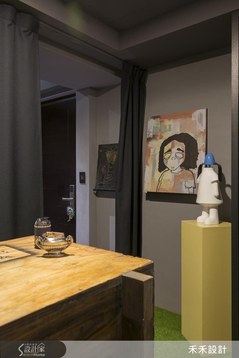 從客廳回望玄關。鎖在牆面的金屬隔板,擱上畫作,就讓這個「山洞」很有現代藝術的氣息!