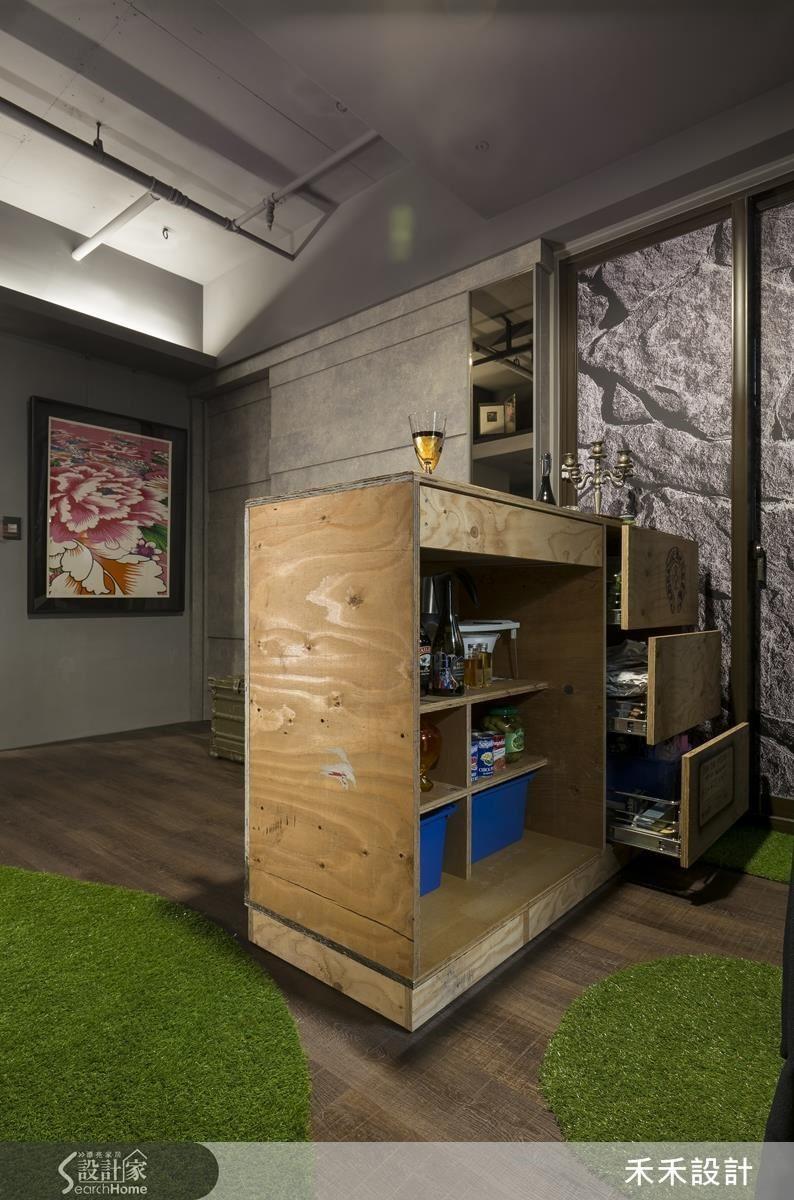 以松木棧板打造的活動吧台,由人造草皮構成的坐臥場域,讓這個客餐廳擁有非常靈活的實用機能!