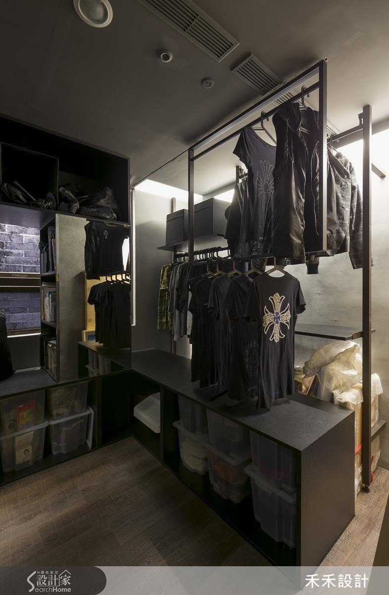 更衣室右排的「衣櫃」,L形下櫃延伸到窗邊。窗邊的矮櫃檯面中央加設書架,書架側邊貼鏡面可充當穿衣鏡。