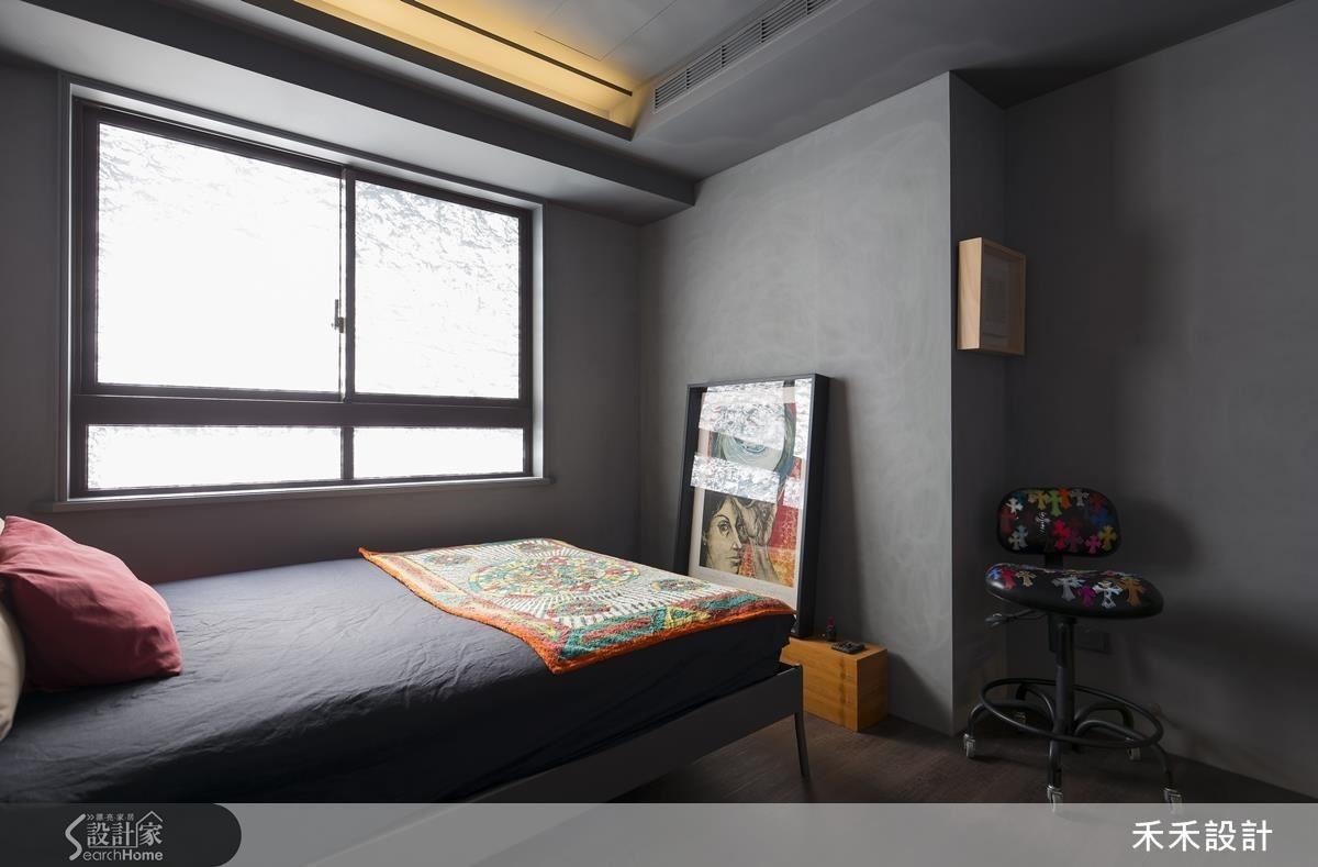 深灰色調的主臥,從窗邊透進的天光映照出灰牆表面那低斂卻靈動的紋理變化。
