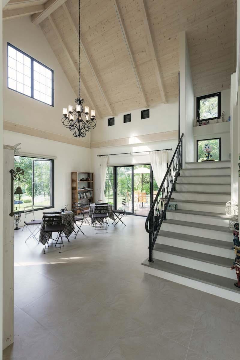 為了預留空間使用彈性,客廳保留挑高,不做多餘裝飾與隔間,僅擺放現成傢具。攝影_Yvonne