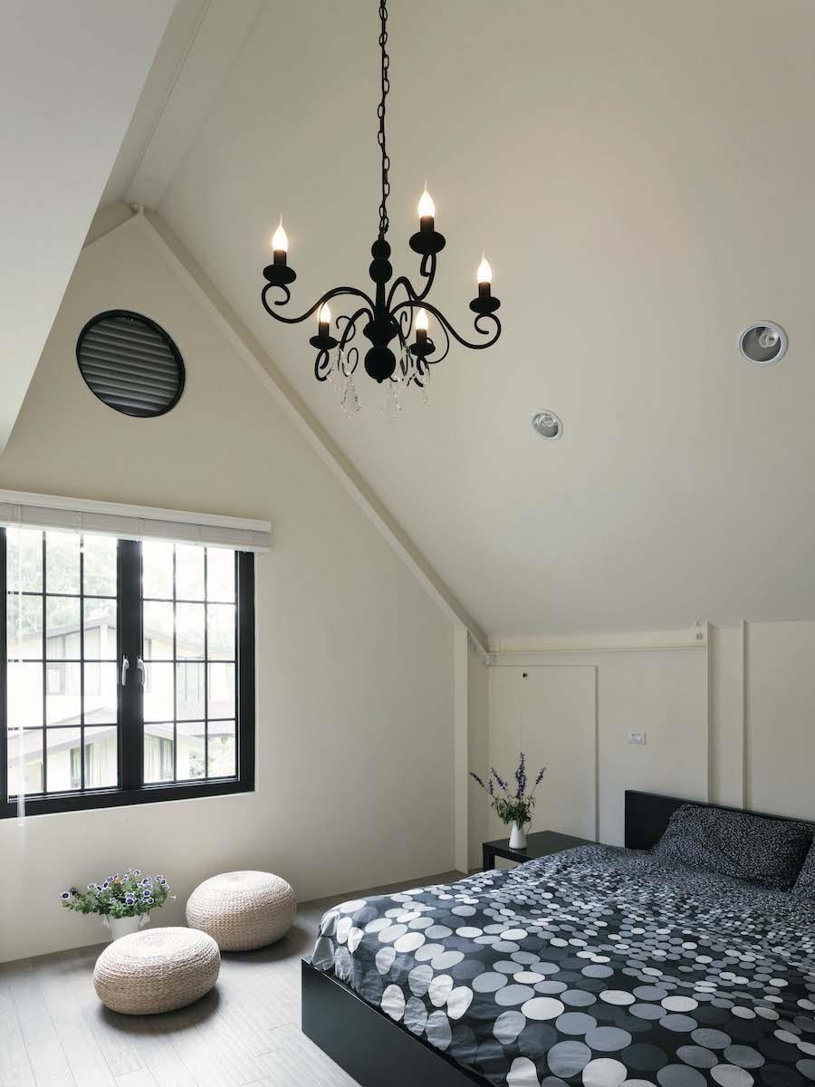 為達到節能減碳的綠建築設計,家中不裝冷氣,每個房間都在高處開設通風散熱的氣窗。攝影_Yvonne