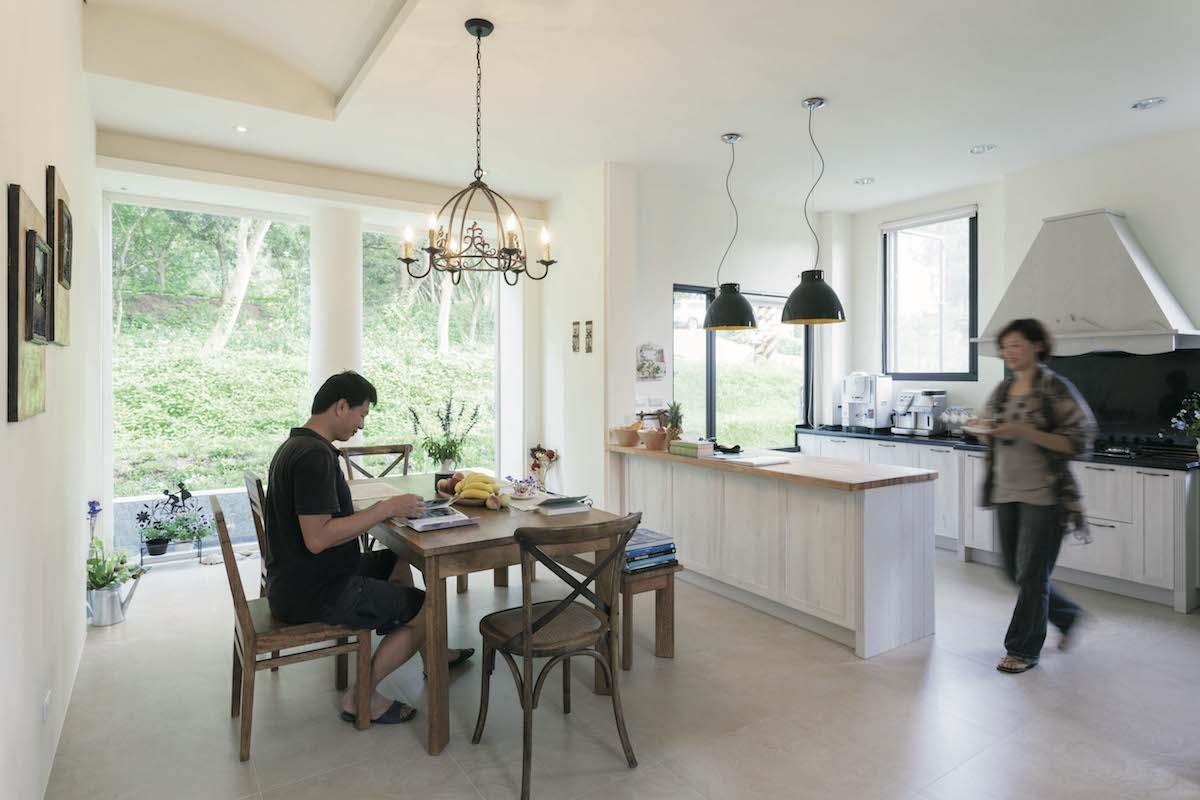 設計師規畫的開放式餐廚空間,讓李太太在廚房也能與家人互動;鄉村風的廚具設計,也符合她個人對風格的喜好。攝影_Yvonne