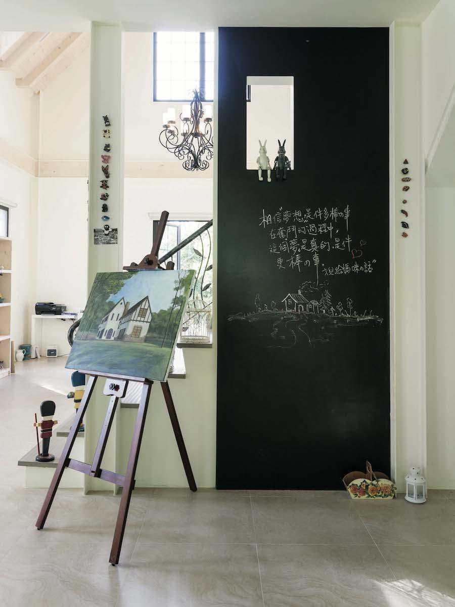 這片黑板牆,是依李太太要求設計,家人常透過這面塗鴉牆,寫下溫馨鼓勵的話語,為生活留下歷史軌跡。攝影_Yvonne