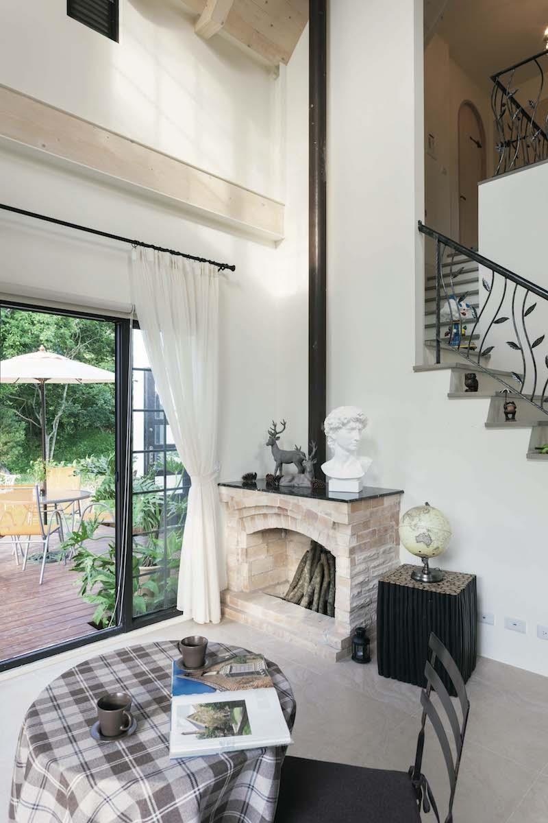 位於客廳一角的壁爐,是英式都鐸風住宅不可或缺的元素,但使用時須燃燒木炭,若直接燒木材取暖,會讓室內煙霧瀰漫。攝影_Yvonne