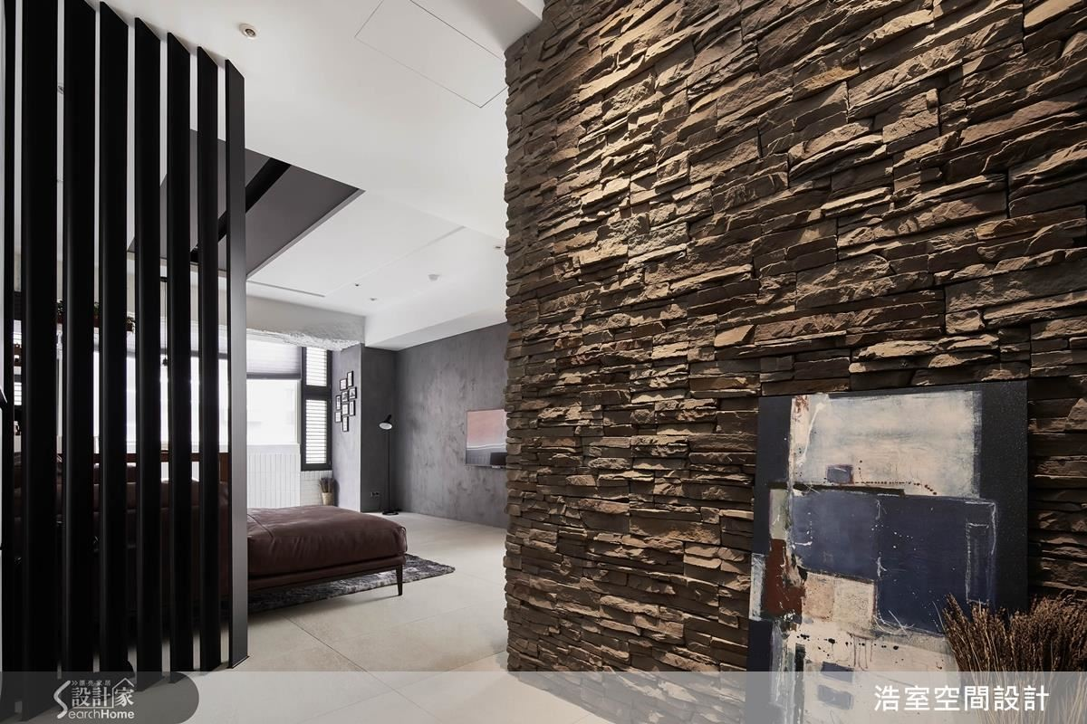 以鐵件彎曲特殊角度的穿透式屏風,在不同角度下有不同程度的遮蔽效果,與文化石牆面串連,反而創造出尋幽訪勝的空間樂趣。