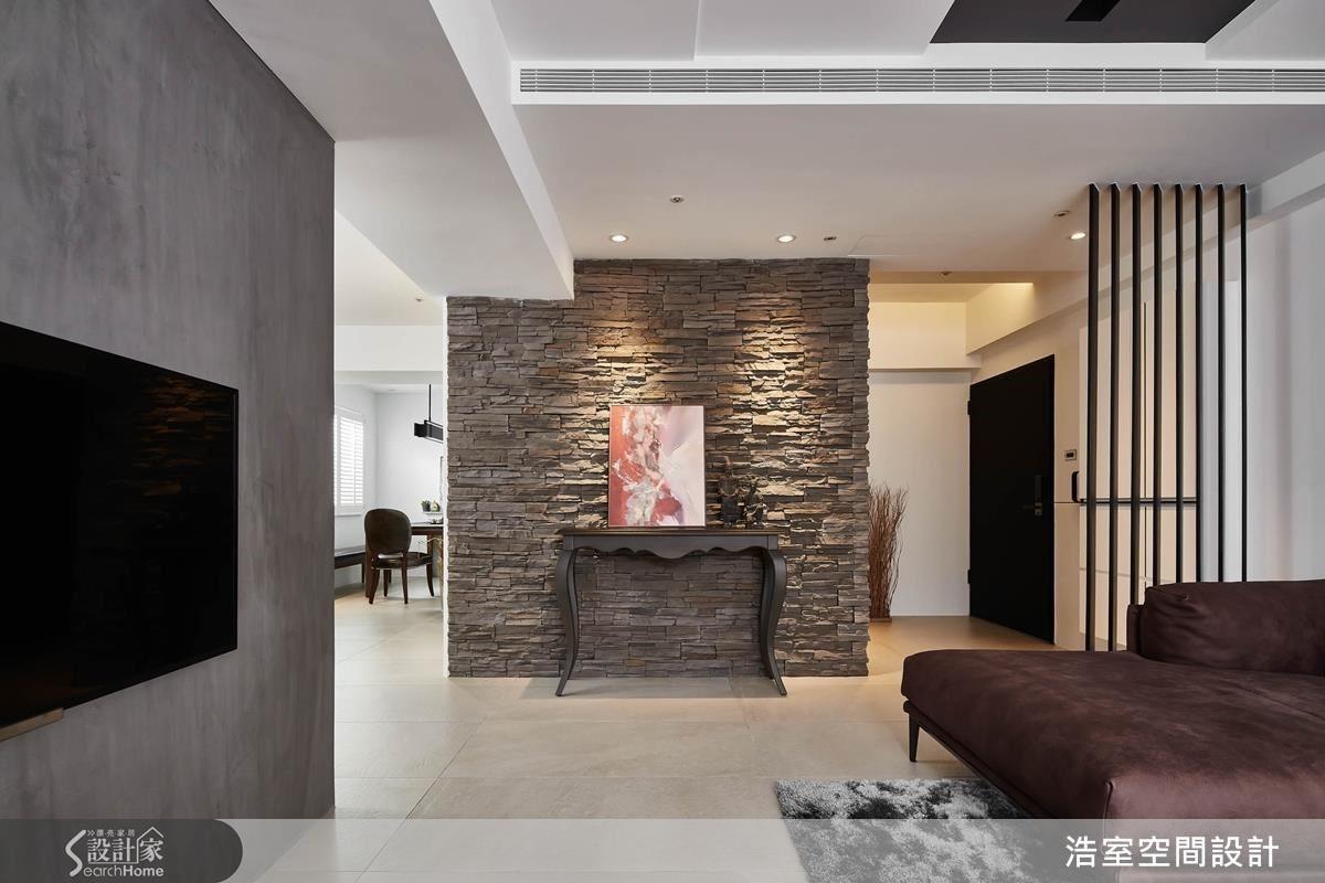 褐色文化石拼貼的端景牆讓人一進門就感到萬分驚喜,凹凸的牆面營造出內斂的氛圍,延伸進到主要公共空間,業主挑選的中式玄關桌成為第1個亮點,搭配業主私藏的現代抽象畫,明明不同調性,卻是毫無違和感。