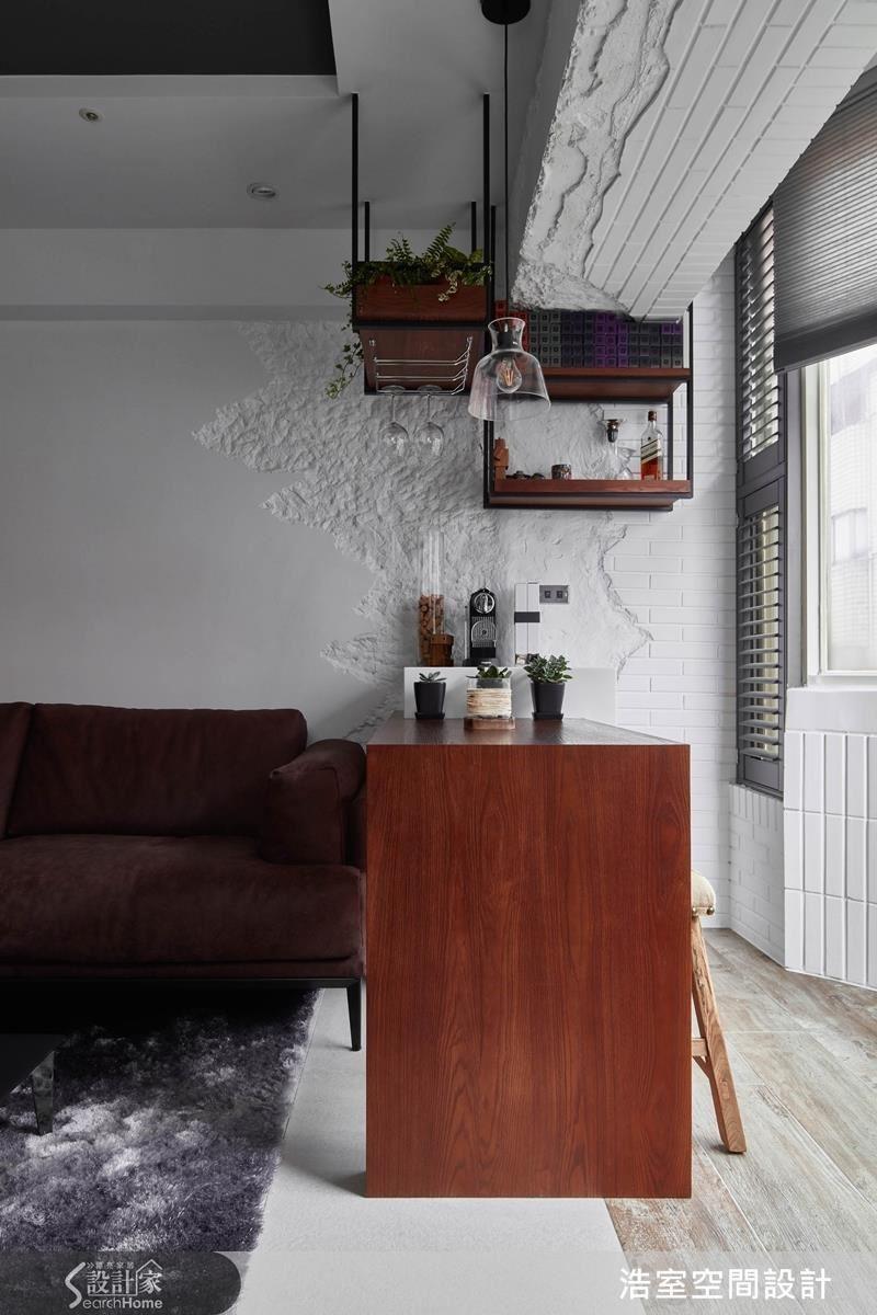 雖然空間定調在現在風格,但業主偏愛仿舊的歷史感,從客廳靠窗處的吧台牆面開始,就著手進行斑駁處理。設計師邱炫達領著團隊在新砌好的牆面上一修再修,總算交出漂亮的成績單。