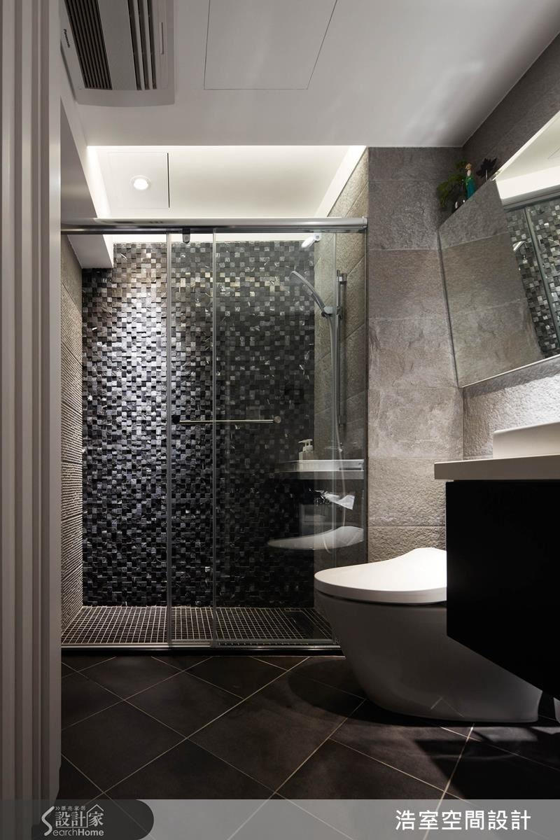 同樣選用看起來普通的馬賽克磚,也只用黑、灰、白 3 色拼貼,就讓客浴空間顯得時尚滿點。