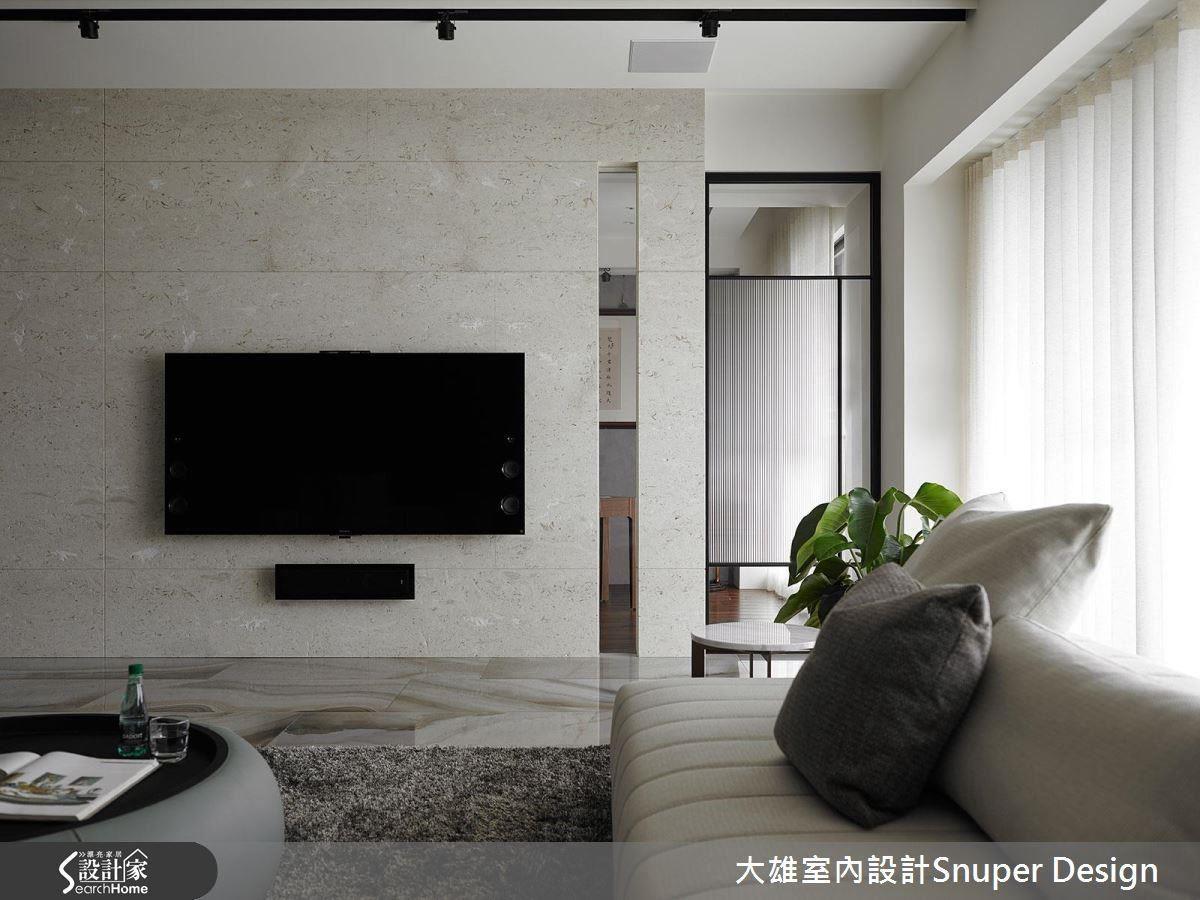 沙發背牆與電視牆以黑與白的對比色呈現,使縱向的牆面,從顏色向度,延伸空間尺度。