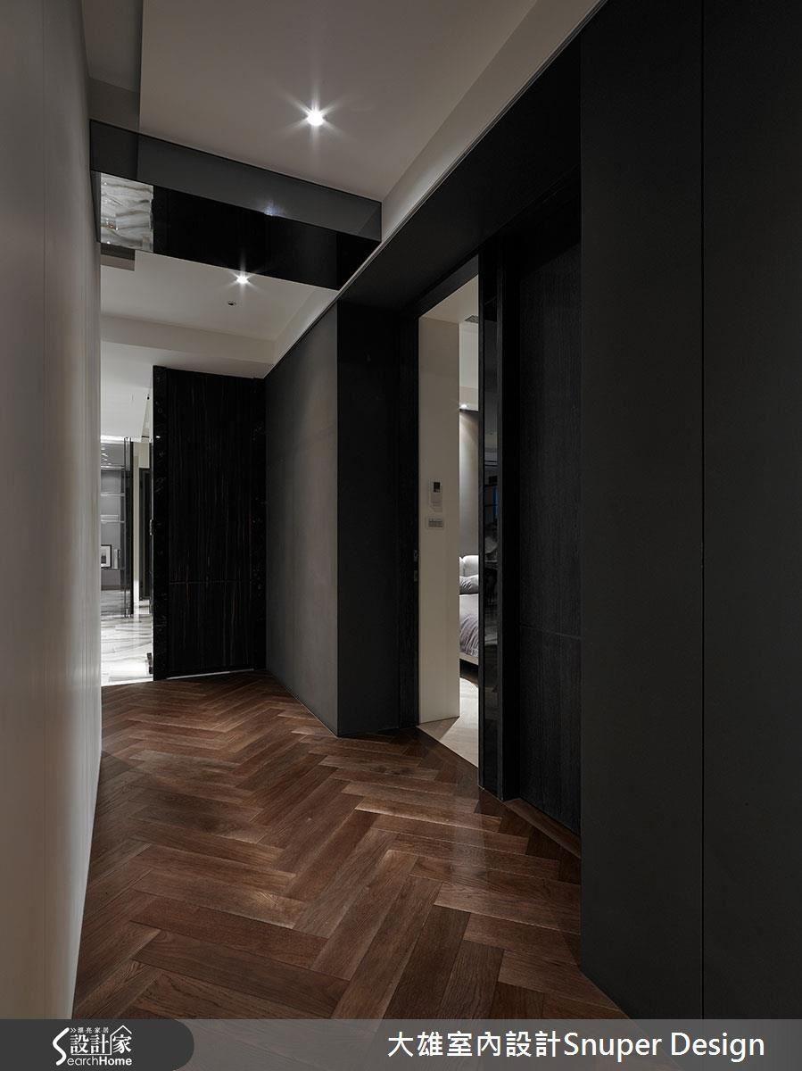 私領域廊道,以深色沉穩空間呈現,轉換休眠狀態,門框則以飯店式的內縮設計,呈現空間各自獨立之感。