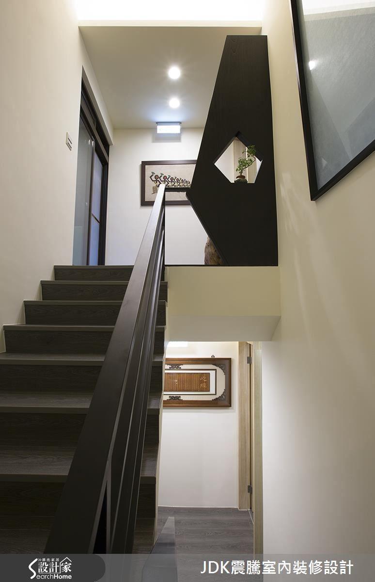 上了 2 樓梯後就區分出主人與客人各自的領域,往右是客房,往左是業主的起居空間。