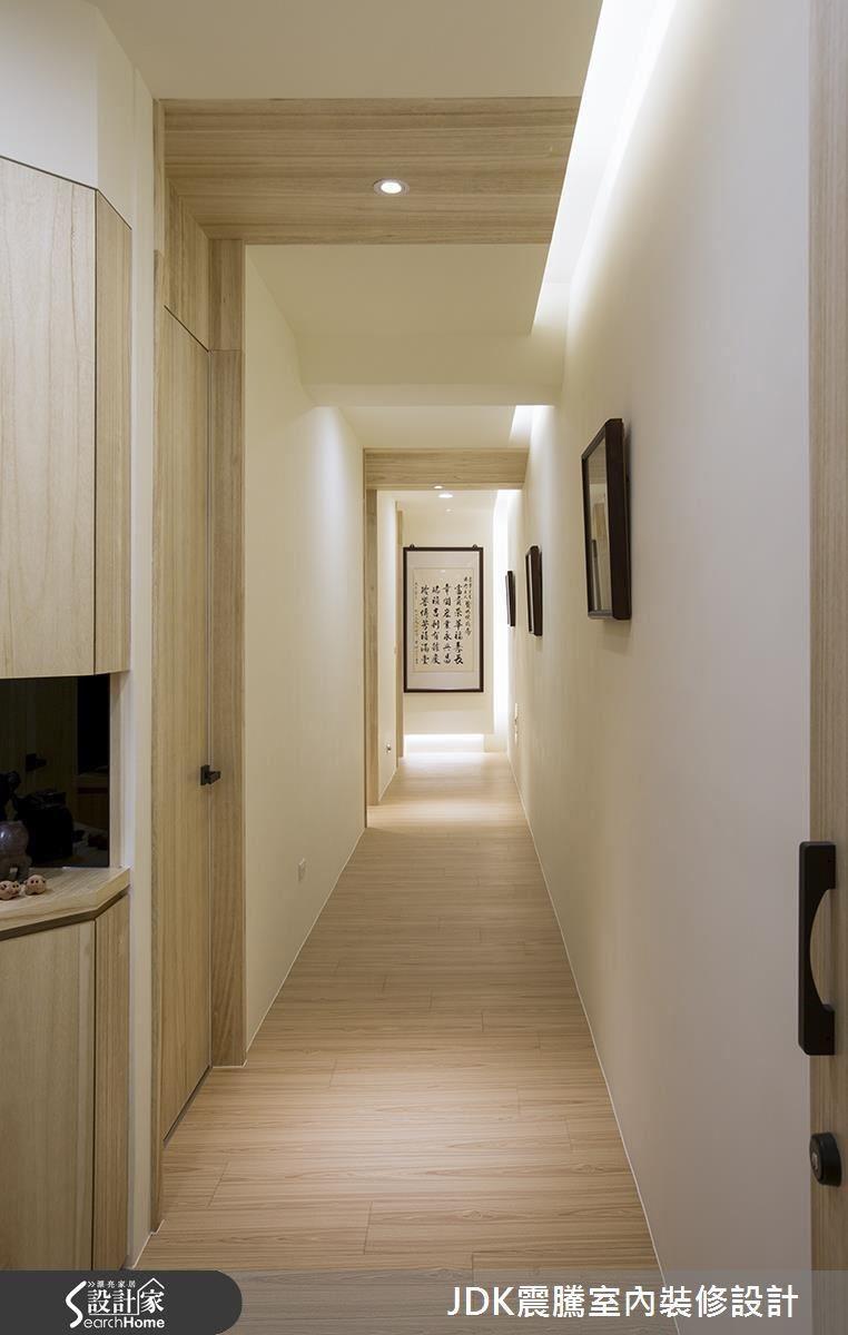 本著「有朋自遠方來,不亦樂乎」的原則,業主希望提供國際友人「家」的感覺。廊道與1樓公共區域一樣,利用長條的間接光源提供明亮度,再將房門的木質感一路延伸上天花板,端景則是國內知名書法家的作品,讓廊道變身像藝廊般充滿人文氣息。