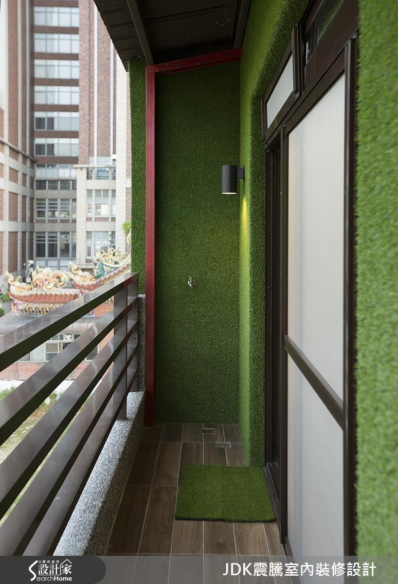 客房擁有超大的落地窗及陽台,光線非常明亮,陽台以綠色地毯裝飾牆面,呼應俯視樓下的日式庭園的綠意,再鋪設可以赤腳踩上去的南方松木地板,無論白天或夜晚,都是令人放鬆的角落。