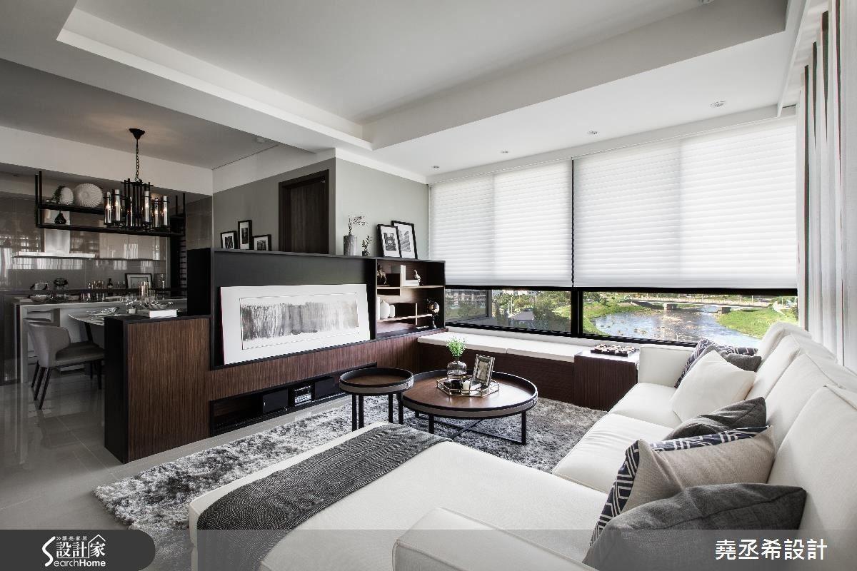 半開放式餐廚合一的規劃設計,特以電視矮櫃界定客廳空間,兼具電視牆和收納櫃的雙重功能,也讓公共領域空間視覺更遼闊寬廣。
