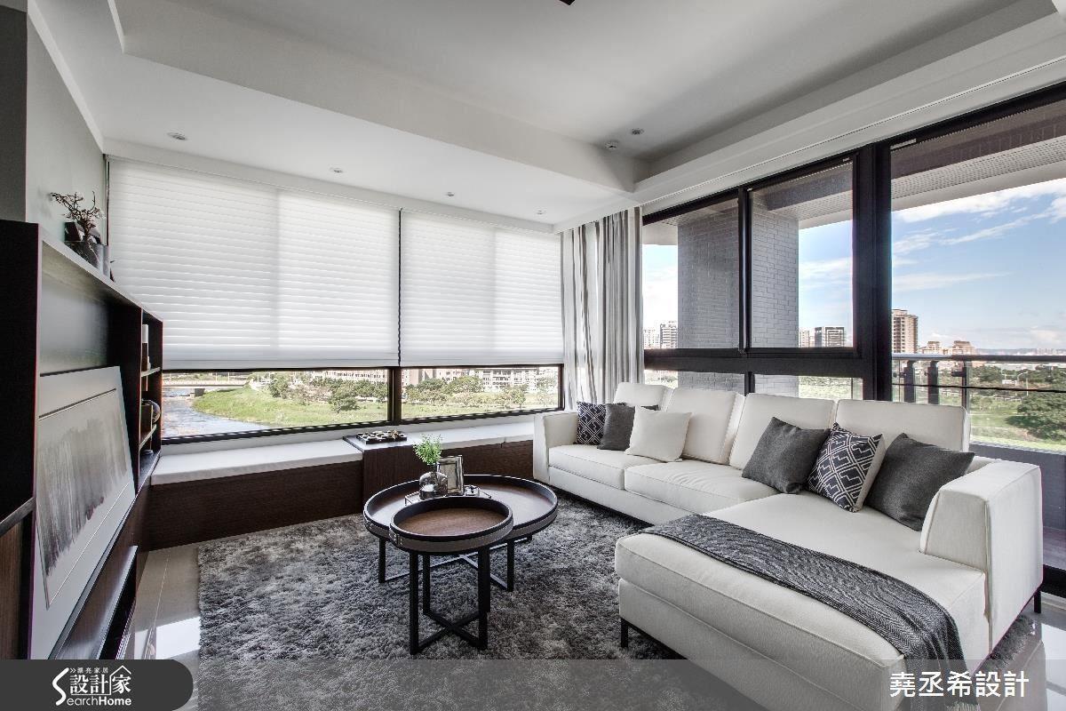以白色柔紗簾和蛇型窗紗搭配使用,創造出空間的純粹美好,更襯托大面採光窗的天然美景。