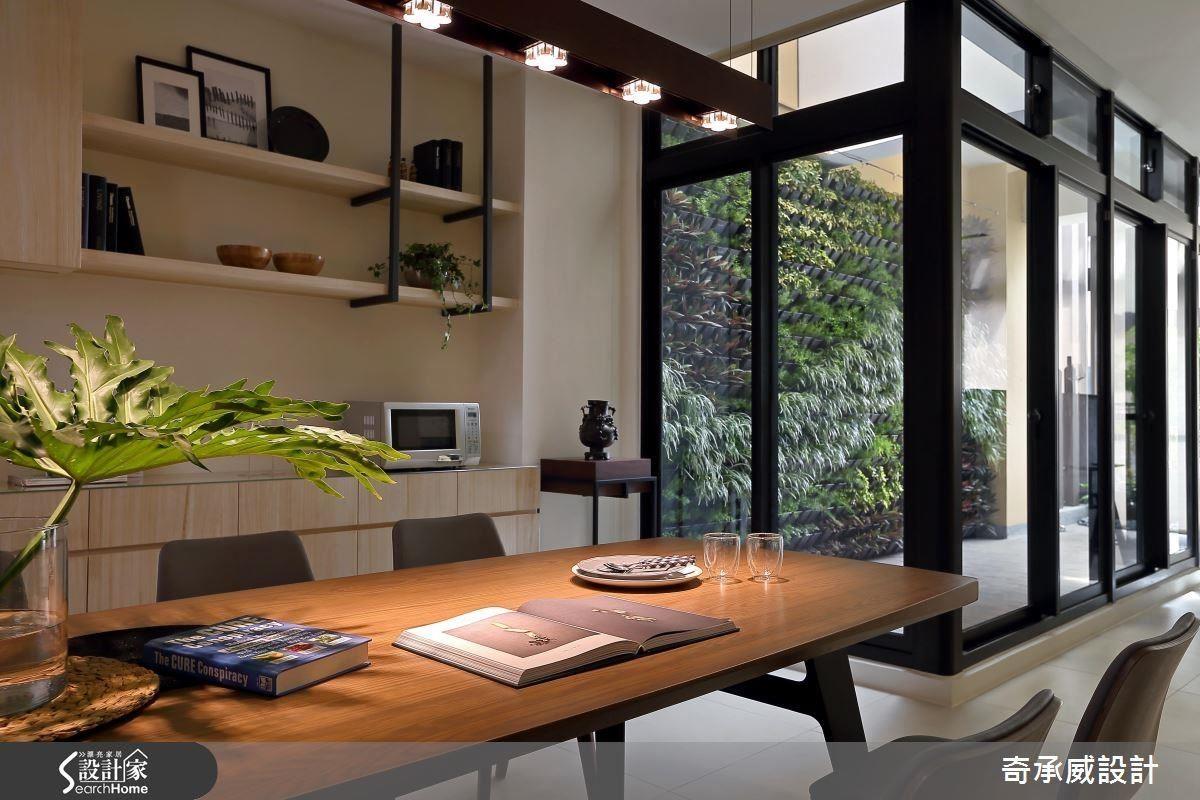 鐵件與木作櫃,和大片的植栽牆露台相互對應,讓客餐廳環繞休閒、舒適的氛圍。