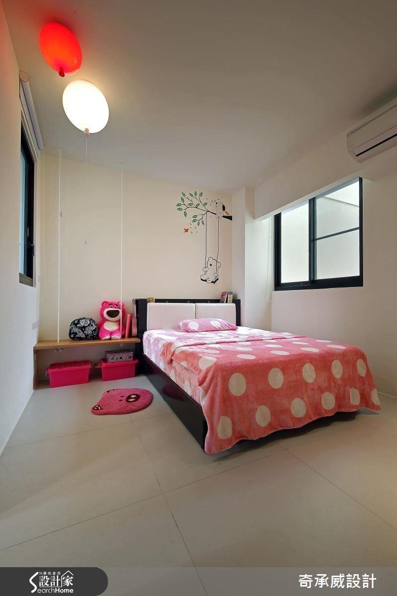 四樓小女兒的房間,不只壁上有鞦韆圖樣,床邊櫃也是鞦韆造型,搭配氣球造型的燈,整間房間相當童趣可愛。
