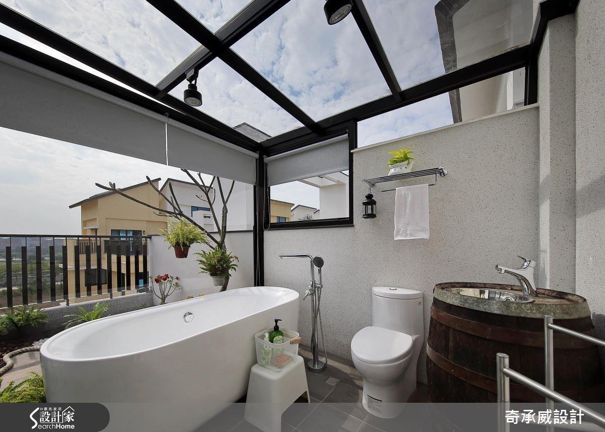 五樓被暱稱星光浴室的玻璃屋,光是想像晚上看著星光泡澡的情境,都讓人忍不住讚嘆:「生活多美好。」