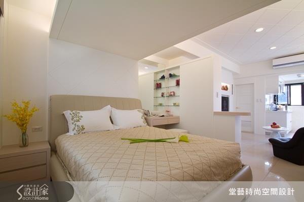 設計師在臥房上方天花納入櫃體設計,打造可放置寢具與換季衣物的隱藏式收納機能!