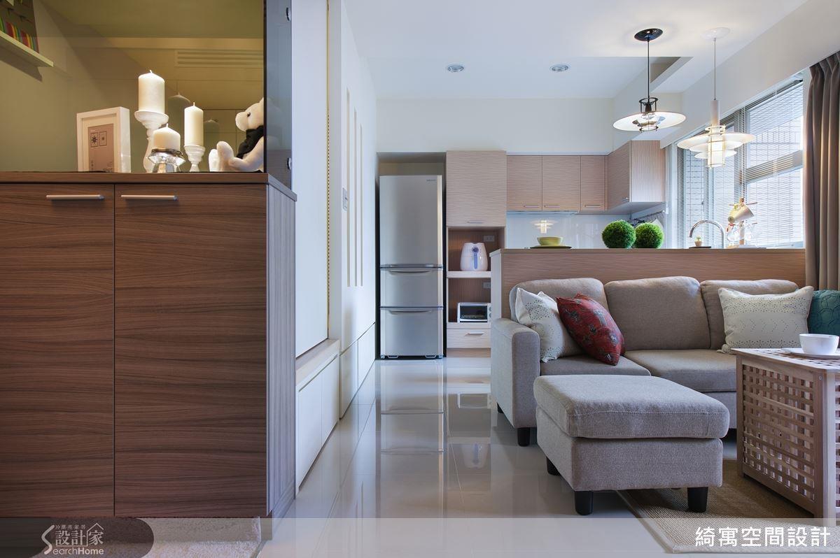 以本案 12 坪空間舉例,以玄關櫃體取代和室隔間牆,並墊高和室地坪,在不影響格局的情況下,憑空增加了超過兩倍的收納空間!