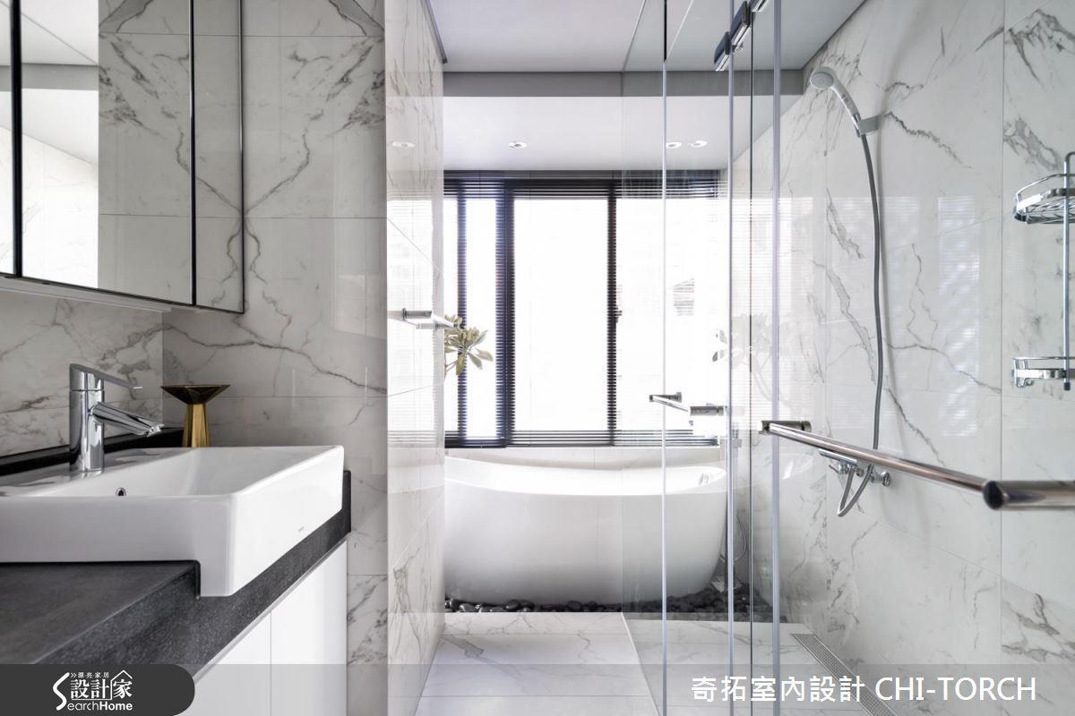 如果習慣將身體沖洗乾淨再泡澡,不妨將泡澡區安排於通風較佳的臨窗位置,並搭配排水性較佳的地坪材質,同樣不會影響洗漱區域。