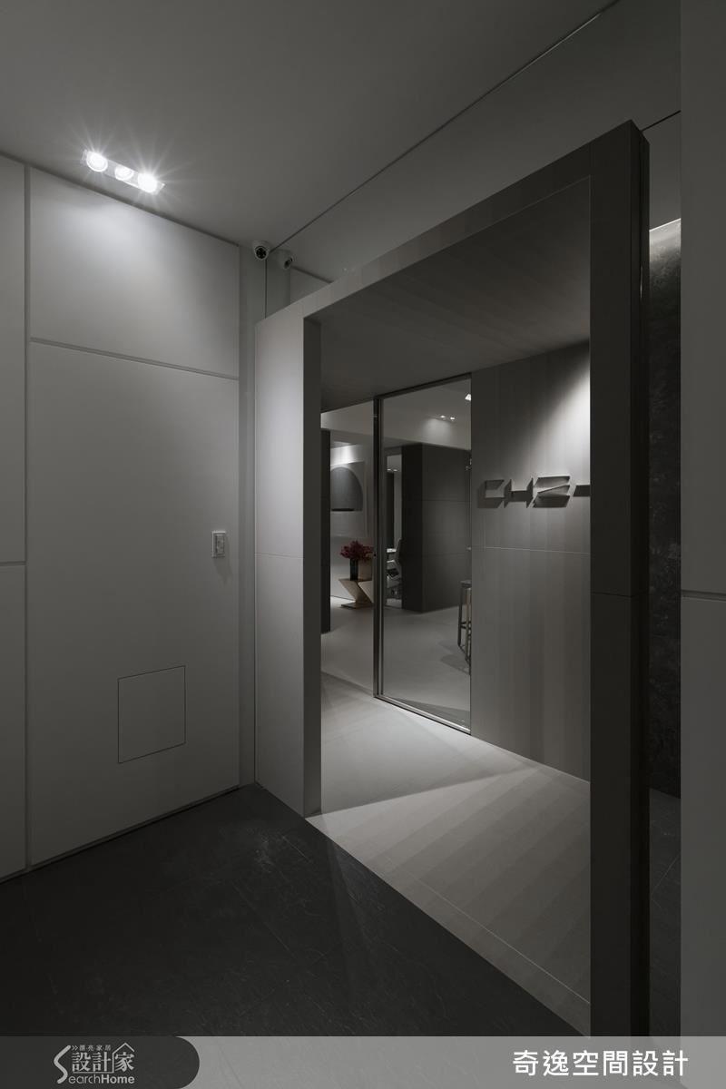 從梯間走出來是布紋磚框景,布紋設計讓磁磚多了溫度,生動的漸層色為入門處增添了層次感。