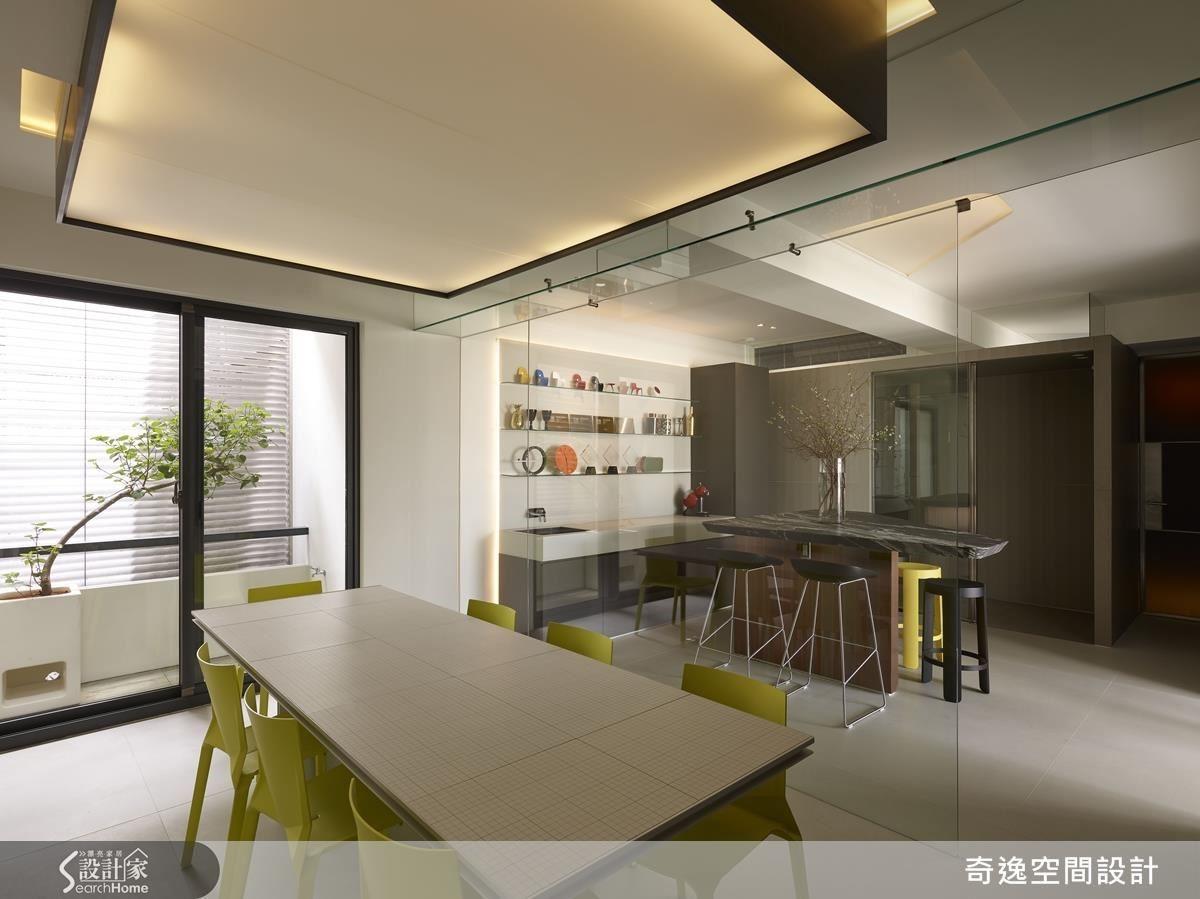 運用頂樓優勢,在後陽台天井,在緊張的會議室旁營造一處令人放鬆的自然綠意。