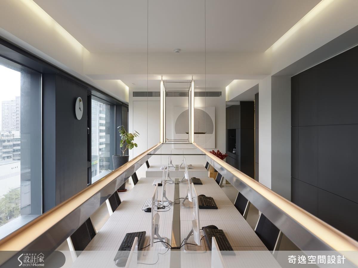 辦公區將鐵件LED燈置中,以牆面、窗景呼應,展現設計人對比例的極致追求與對稱之美。