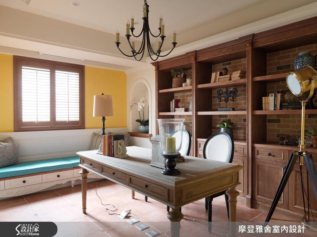 書房以黃色調牆面及鍛鐵吊燈 ,帶出濃濃南歐質感 。