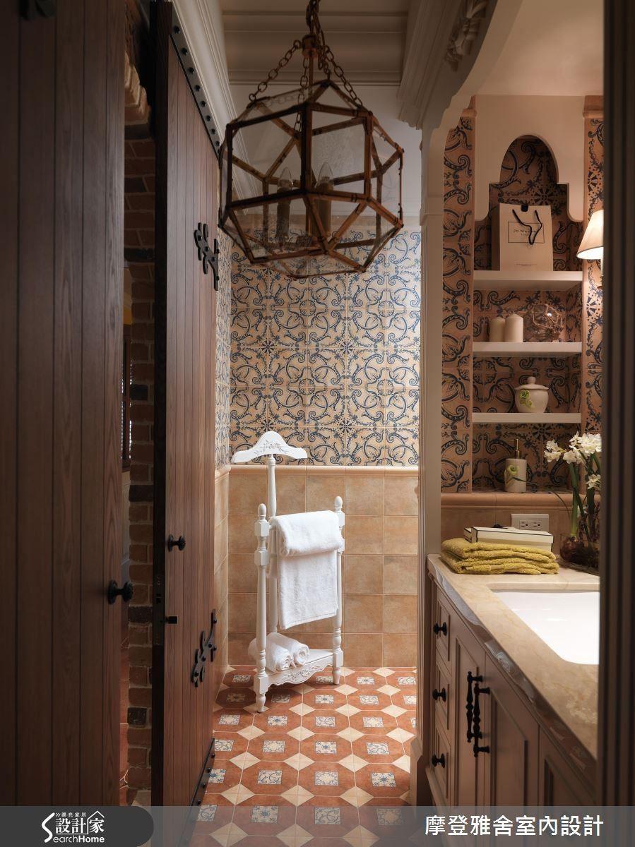 走過歐洲古堡風格的客廳,來到餐廳領域,可見到古堡般的斜屋頂天花板,一旁更規劃別具風格的木作門片,打開後,美麗的洗手檯端景即映入眼簾。