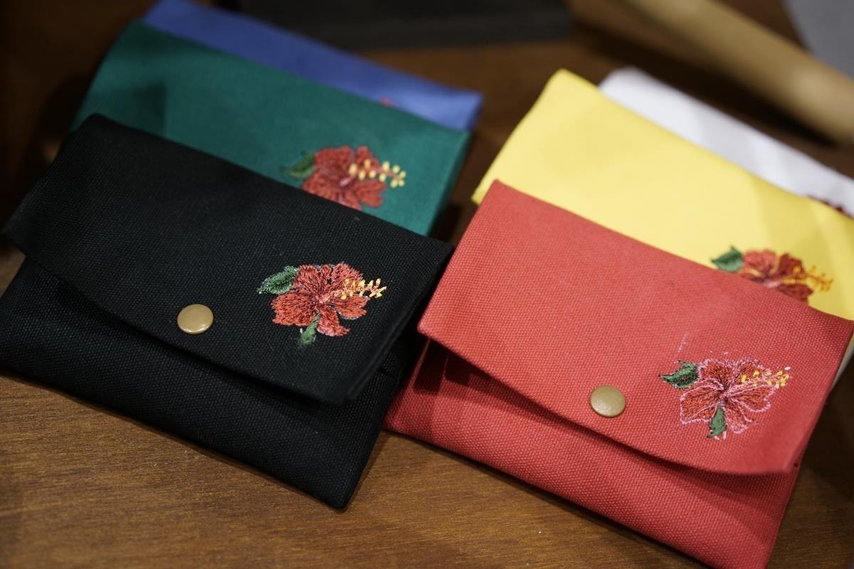 皮揚工作室創作的多色雅致名片夾。