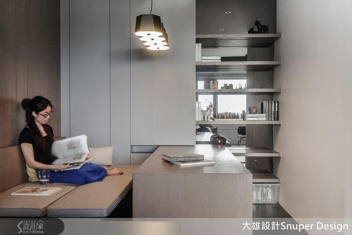 用軌道為書桌預留可挪動的範圍,向外推開桌面,將兩張長椅合併,立刻變身一個人專屬的臥榻休憩區。