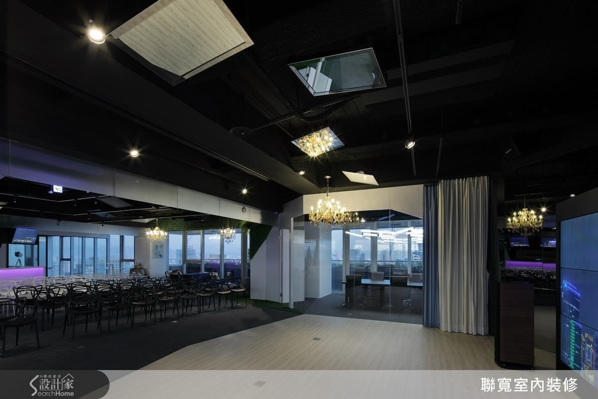長青無障礙舞台空間,地坪以異材質界定區域。鏡面反射跳脫視線框架,隱藏多方思考面向意涵。