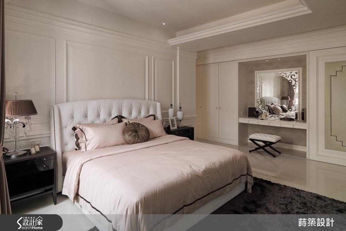 床的另一側是收納機能充足的整牆衣櫃,媳婦特別為婆婆挑選化妝台噴砂鏡面花樣,拉門設計可以避免鏡子照床的風水禁忌。