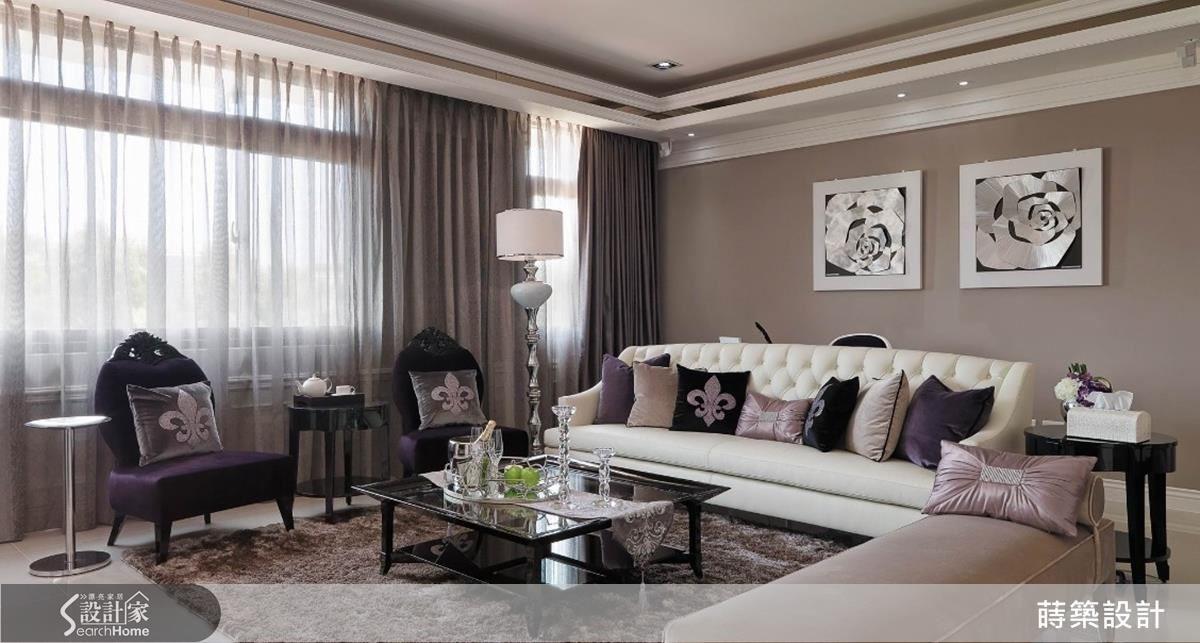 浪漫的男主人挑選的紫色單椅柔化客廳,配合玫瑰壁飾,讓空間整體感散發濃濃的公主風格,顯示出體貼家中三代女人的心意,窗台下方向外凸出的凹槽全部是收納空間,機能性十足。